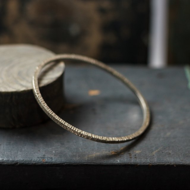 Hammered lines bangle - small