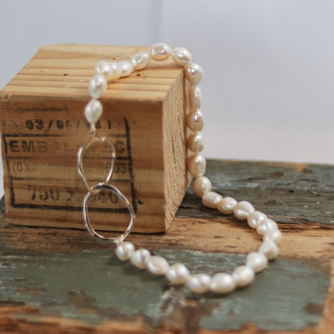 Pearls with double oval catch - small